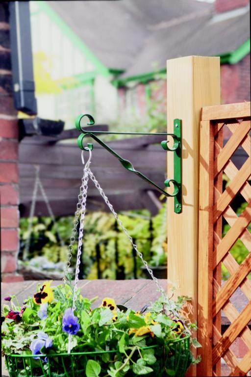 """Ambassador Hanging Basket Bracket - 25cm/10"""" Green"""